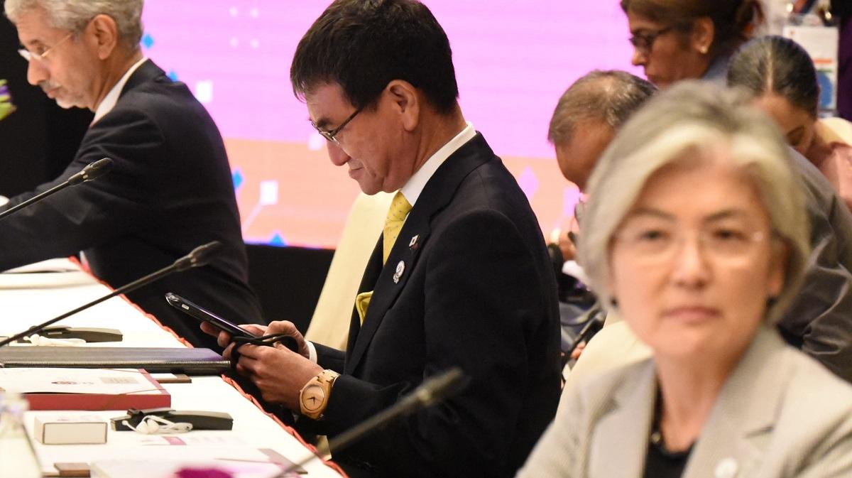 河野太郎外相(中央)と韓国の康京和(カン・ギョン・ファ)外相(手前右)。続いて開かれた東アジアサミット外相会議では目を合わせようとしなかった