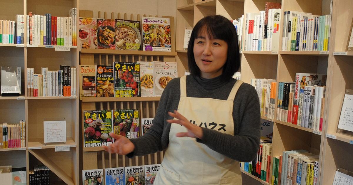 自宅に設けた書店「フルハウス」で語る柳美里さん=4日、福島県南相馬市