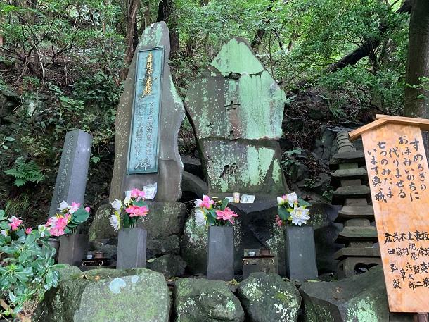 写真・図版 : 「七士之碑」の揮毫は吉田茂元首相。過激派に爆破された後にドイツ製の接着剤で復元されたが、亀裂が生々しく残る=2019年8月15日、静岡県熱海市