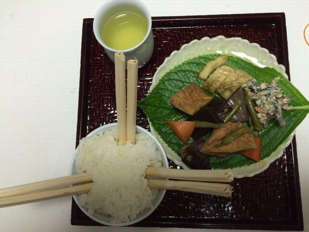 写真・図版 : 「餓鬼じょうろ様」のお膳。おがらを折った箸が3膳突き刺さったご飯と精進料理でおもてなし=梶謙製磁社提供
