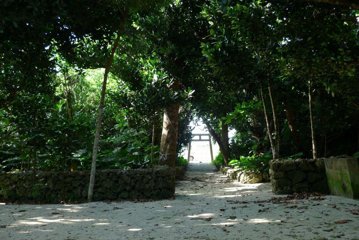 写真・図版 : 竹富島には、80を超える神様を祀る場所「御嶽(うたき)」があり、島民はその前を通る時に挨拶をする=南雲さん提供