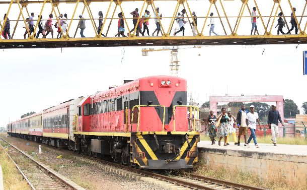 中国がアンゴラに造った長距離鉄道。首都ルアンダにあるビアナ駅では、通勤客や地方に向かう人たちが朝早くから利用していた=2019年6月10日