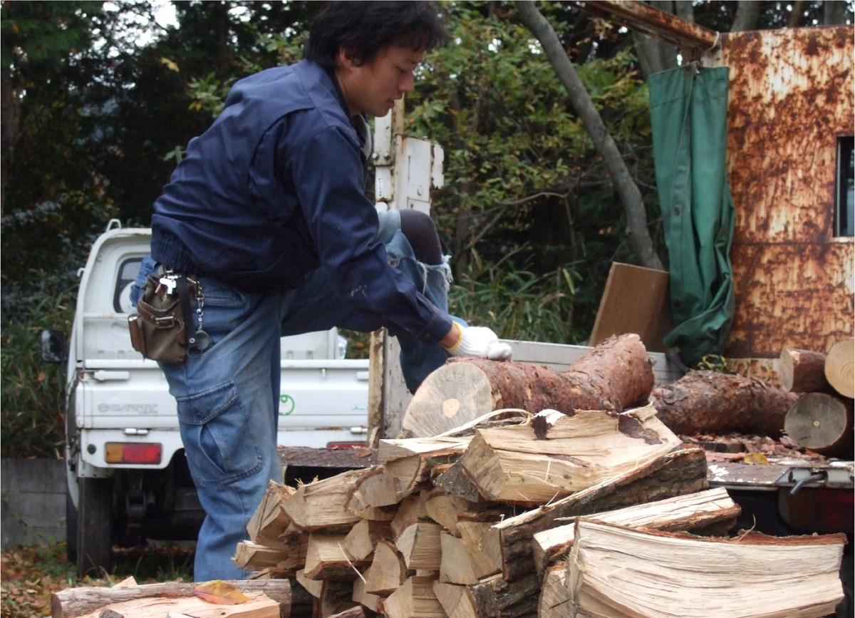 写真・図版 : ストーブと風呂に使う薪は、使われない間伐材や倒木などを利用すればタダで手に入る