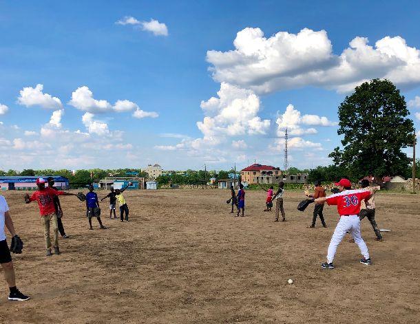 写真・図版 : まだまだぎこちないキャッチボール風景だが、きちんと並んでやることがわかってきた。