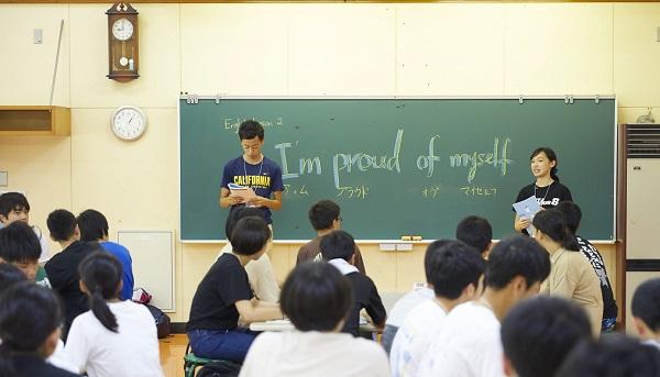 写真・図版 : 大きな声で英文を朗読して、自信を付ける課題に取り組む