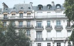 写真・図版 : パリのフォッシュ大通りのエプスタインの豪華マンションの建物