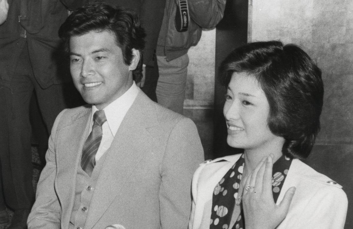 写真・図版 : 俳優・三浦友和さんとの婚約発表で=1980年3月7日