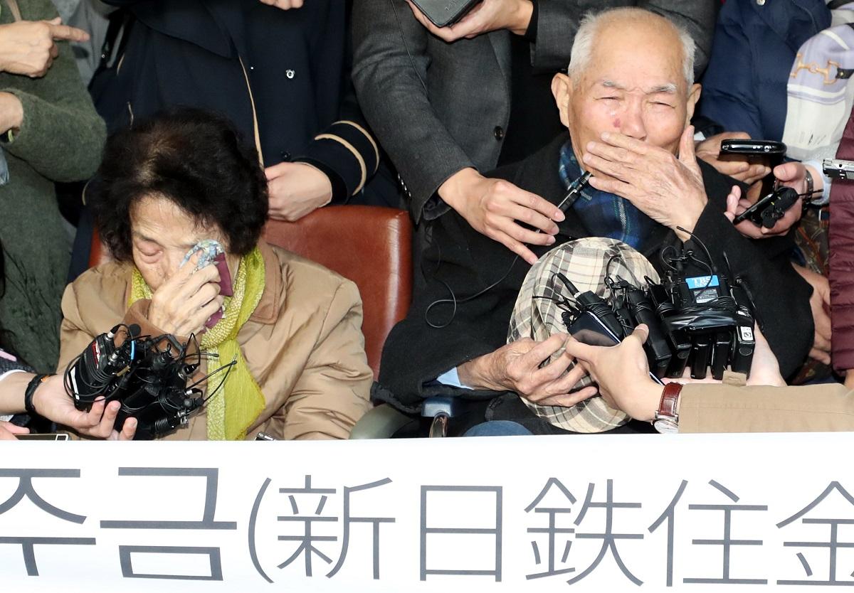 写真・図版 : 新日鉄住金(現・日本製鉄)に対する損害賠償訴訟で、韓国大法院判決後に記者会見する元徴用工ら=2018年10月30日、東亜日報提供