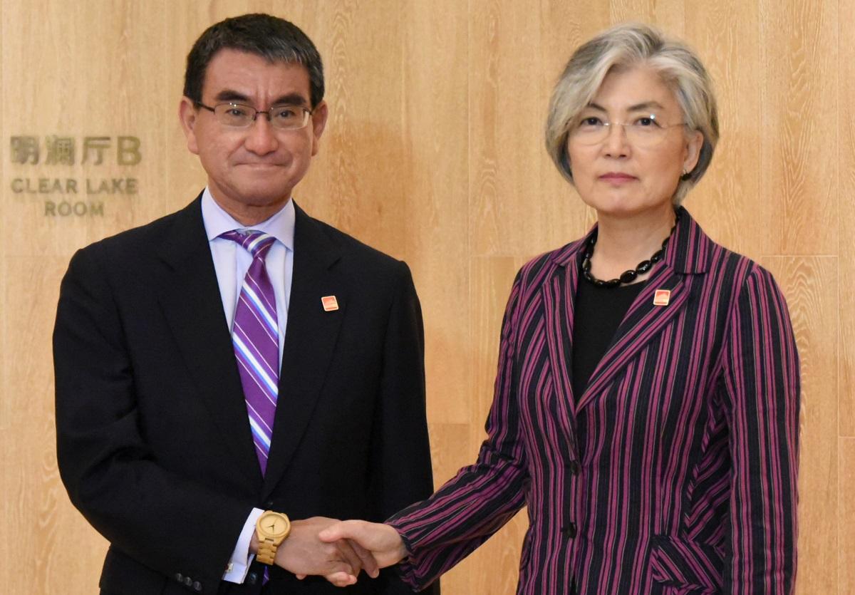 写真・図版 : 河野太郎外相(左)と康京和(カンギョンファ)韓国外相。いまこそ「文官的外交」が問われている=2019年8月21日