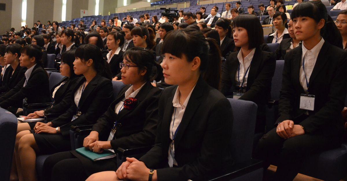 写真・図版 : 経済連携協定に基づき、ベトナムから介護福祉士を目指す候補者が初めて来日し、研修が始まった=2014年6月9日、千葉市