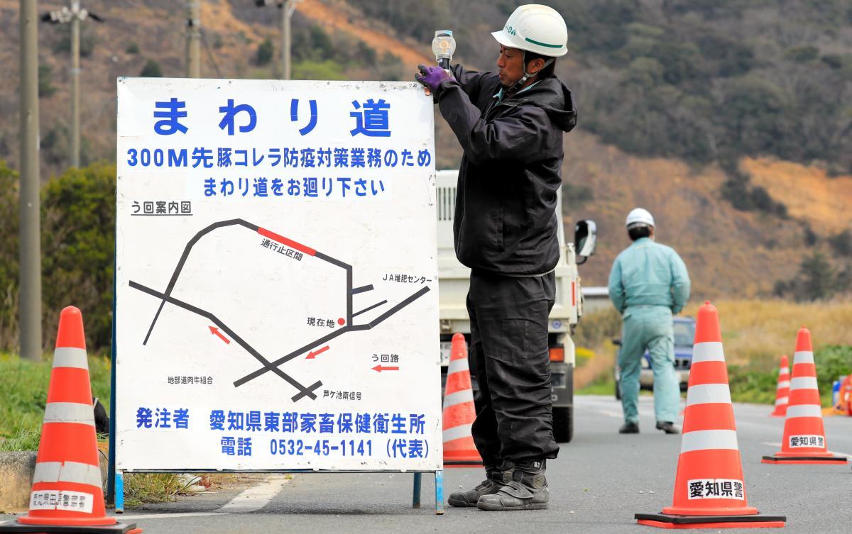 写真・図版 : 防疫のため、まわり道を呼びかける看板=2019年3月28日、愛知県田原市、川津陽一撮影
