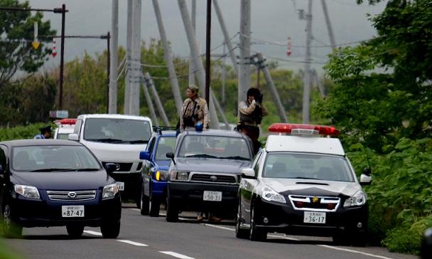 写真・図版 : 2015年には知床でヒグマが車にぶつかる事故が起き、国道を封鎖してヒグマを監視。最後はハンター3人で射殺した=2015年6月3日、斜里町真鯉、 奈良山雅俊撮影