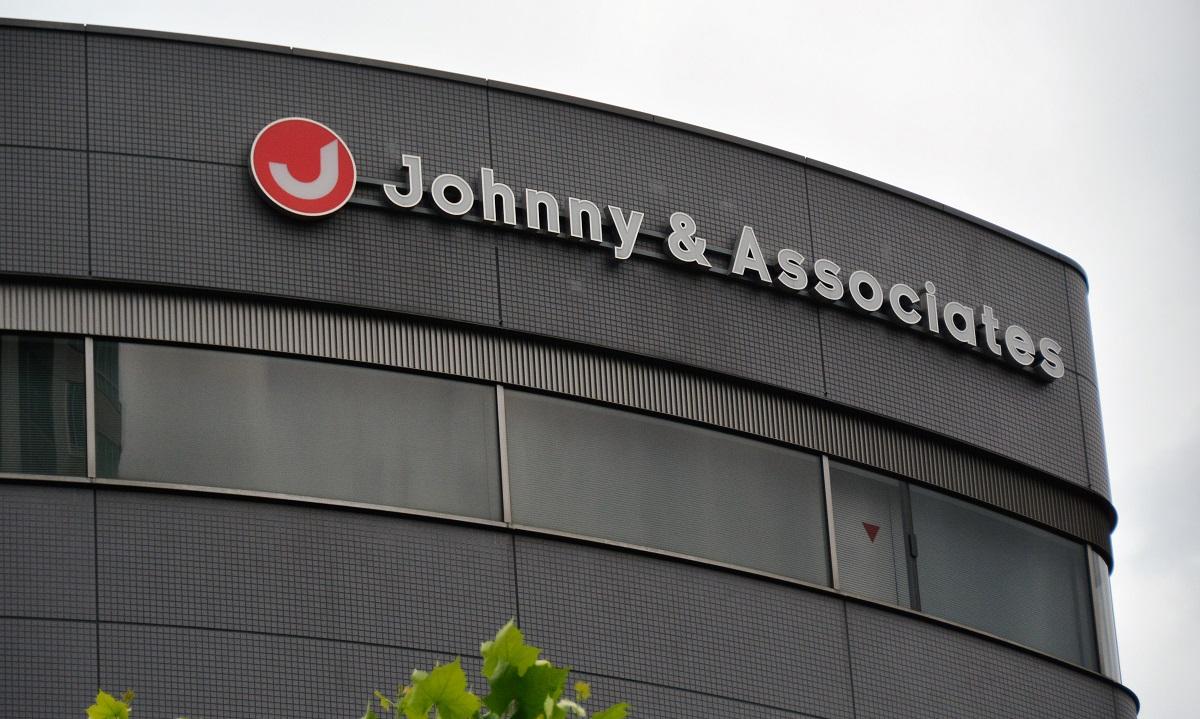 ジャニー喜多川さんが創業したジャニーズ事務所。ビルには会社の英語名が掲げられている=10日午前9時58分、東京都港区