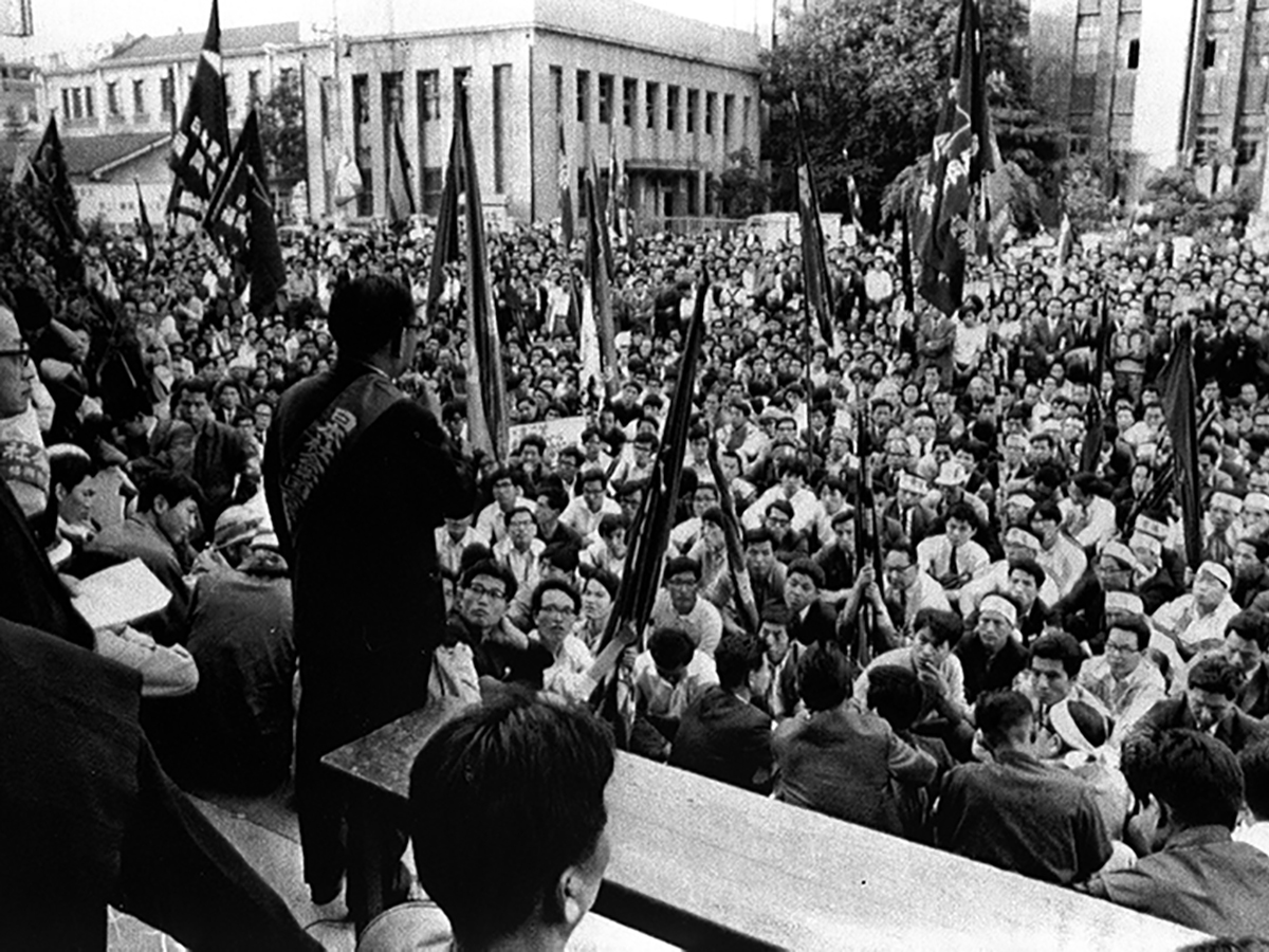写真・図版 : 九州大への米軍機墜落では広範な基地反対運動が起きた=1968年6月3日、福岡市役所前の市民集会