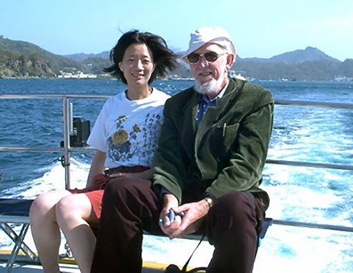 写真・図版 : 小笠原父島沖でのガバン・マコーマック氏。左はニュージーランド・オタゴ大学の郭南燕氏=2002年3月29日