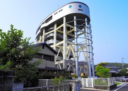 写真・図版 : 住宅街に立つ津波避難タワー。高さ25mで230人を収容できる=高知県黒潮町、千種辰弥撮影
