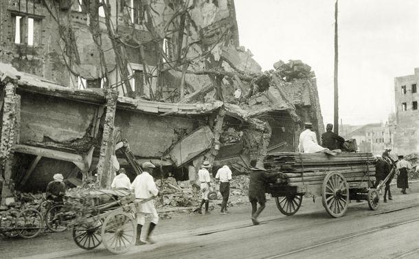写真・図版 : 関東大震災の揺れと火事で倒壊した日本橋の丸善本店