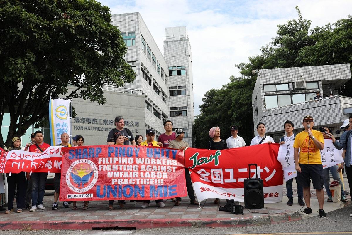 写真・図版 : 「ホンハイ」本社への申し入れ行動=2019年8月29日、台北