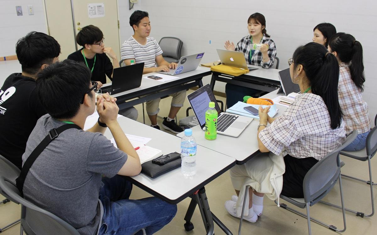 議論する日韓の学生たち=出雲市小境町の県立青少年の家