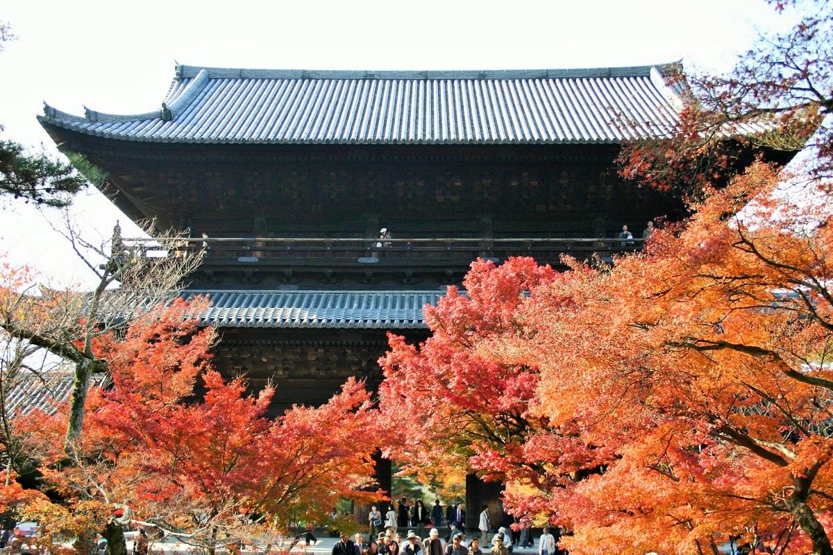 写真・図版 : 紅葉も美しい南禅寺の三門=京都市、筆者撮影