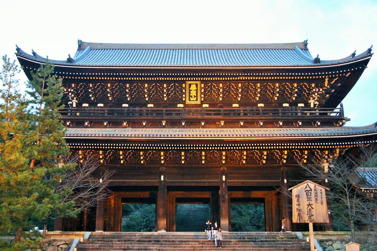 写真・図版 : 浄土宗総本山の知恩院の堂々とした三門=京都市、筆者撮影