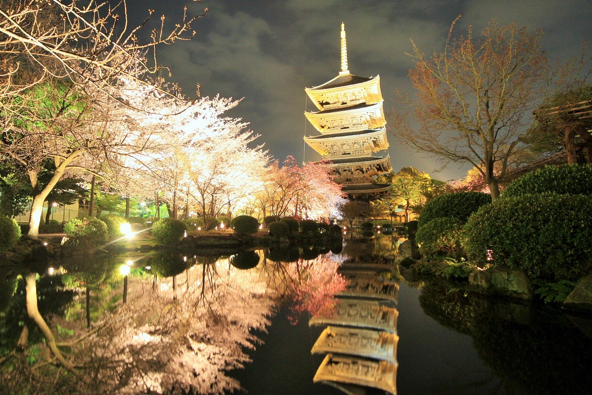 写真・図版 : 東寺の国宝・五重塔。江戸時代の再建で、国内で最も高い五重塔だ=京都市、筆者撮影