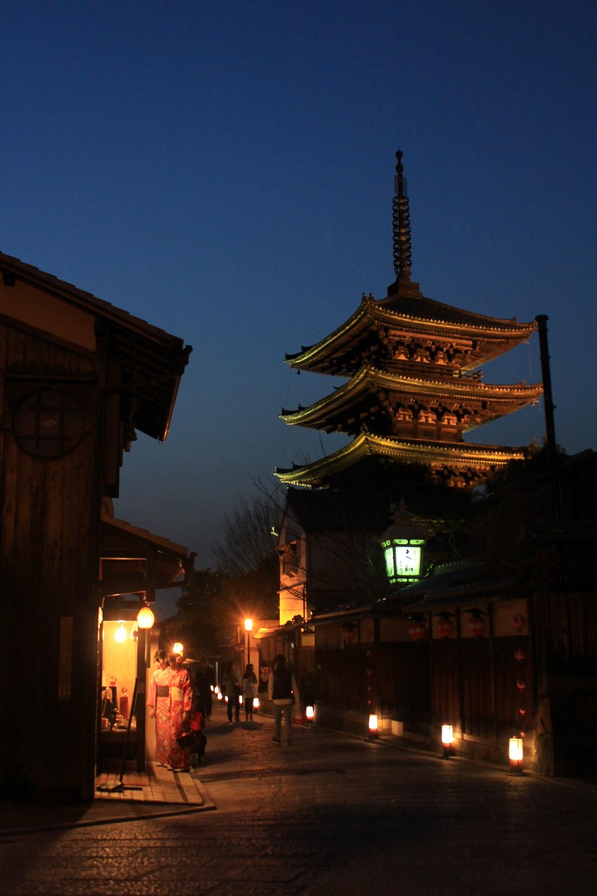 写真・図版 : 産寧坂地区の二年坂と八坂の塔周辺には、京都らしい町並みが残る=京都市、筆者撮影