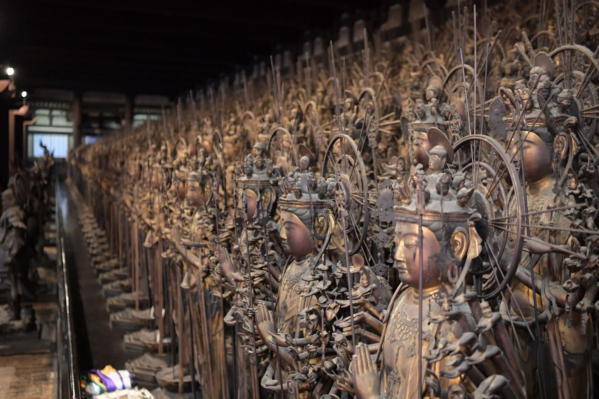 写真・図版 : 三十三間堂に並ぶ木造千手観音立像=2018年10月2日午後、京都市東山区、加藤諒撮影
