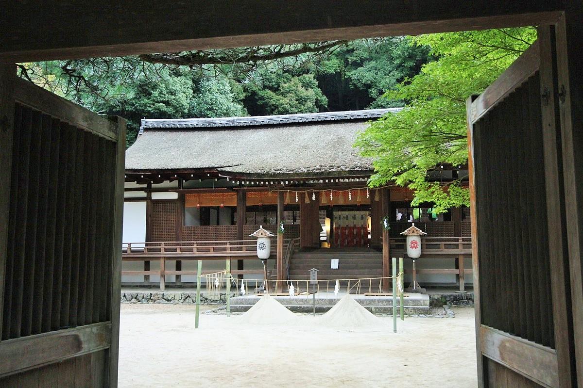写真・図版 : 宇治上神社の国宝・本殿。現存する日本最古の神社建築だ=京都府宇治市、筆者撮影