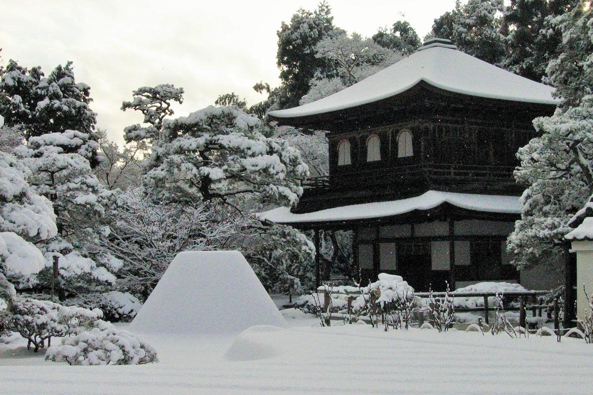 写真・図版 : 銀閣寺の国宝・銀閣(観音殿)。雪とのコントラストが美しい=京都市、筆者撮影