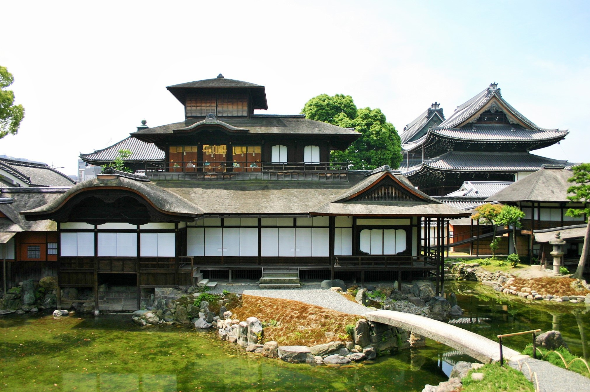 写真・図版 : 西本願寺の国宝・飛雲閣。金閣、銀閣とともに京都三名閣とされる=京都市、筆者撮影