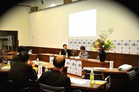 写真・図版 : 각자의 모국어(one's mother tongue)로 진행된 국제심포지엄, 2013년 메이지가쿠인대학= 필자 제공