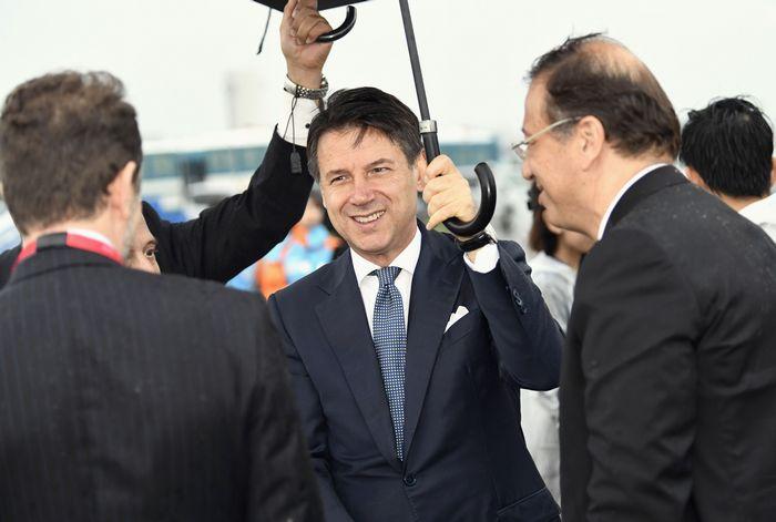 写真・図版 : サミット出席のため関西空港に到着したイタリアのコンテ首相(中央)=2019年6月27日