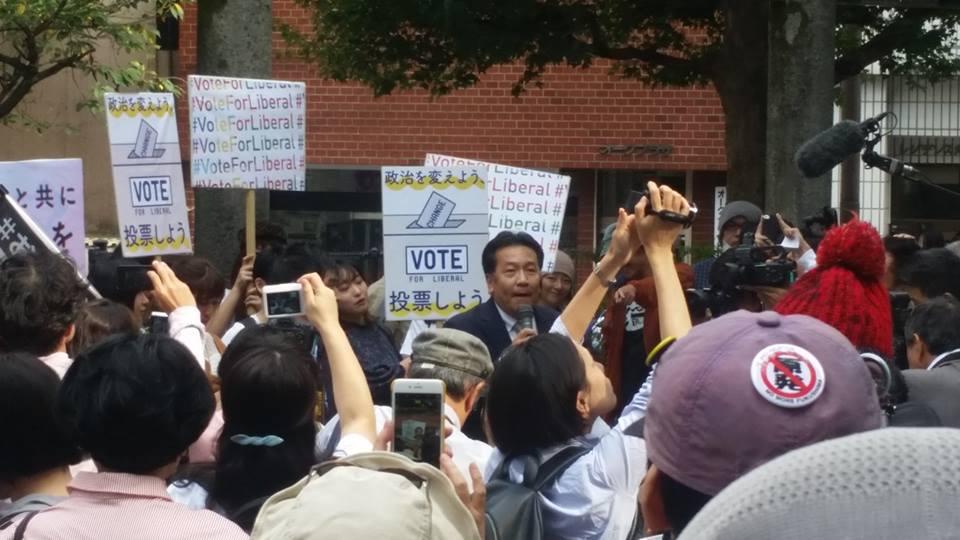 写真・図版 : 立憲民主党結党の前々日、小さな公園で開かれた市民集会に参加して「みなさんがこうやって集まって声を上げていることが、日本の民主主義の希望です」と語った枝野幸男氏=2017年10月1日、東京都新宿区