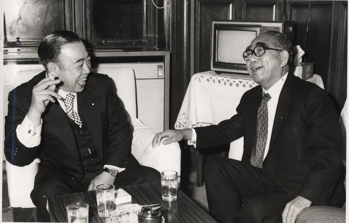 写真・図版 : 社会党の飛鳥田一雄委員長(右)は公明党の竹入義勝委員長と合意を交わし、「全野党共闘」から「社公民共闘」へと転じた=1980年2月12日