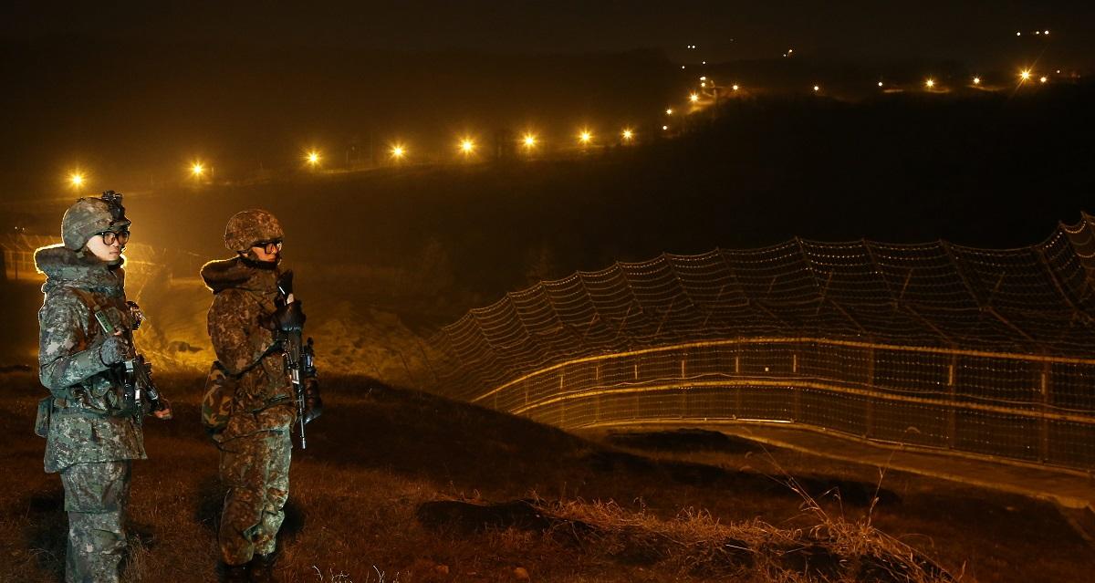 南北軍事境界線近くで勤務する韓国軍兵士=2015年12月、東亜日報提供