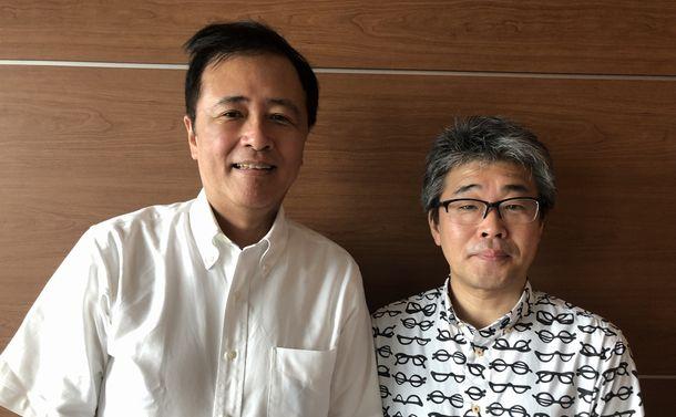 写真・図版 : 世田谷区長の保坂展人さん(左)と批評家の若松英輔さん=2019年8月22日、東京・九段下