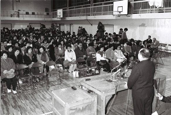 写真・図版 : 鹿川裕史君のいじめによる自殺で開かれた緊急父母会で父母にわびる校長=1986年2月3日、東京都中野区の中野富士見中