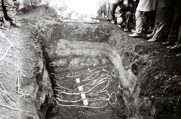 写真・図版 : 連合赤軍のリンチ殺人事件で榛名山と妙義山の中間地点の群馬県倉淵村水沼で遺体が発見された=1972年3月12日