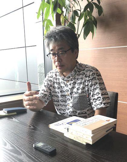 写真・図版 : 若松英輔さん=2019年8月22日、東京・九段下