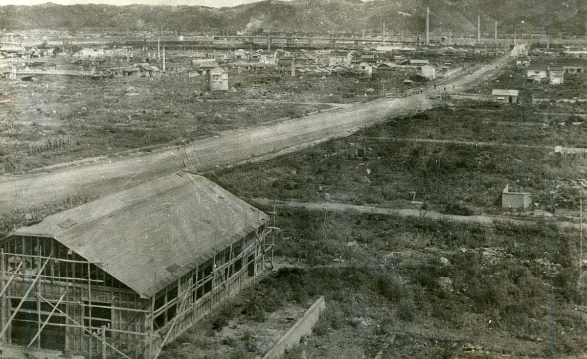 写真・図版 : 終戦直後、空襲で焼け野原となった和歌山市