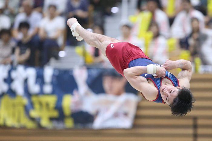 写真・図版 : ゆかの演技をする内村航平=2019年8月30日、福井県営体育館
