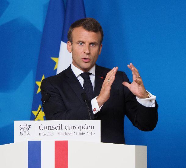 写真・図版 : EU首脳会議の後、記者会見するフランスのマクロン大統領=2019年6月21日、ブリュッセル