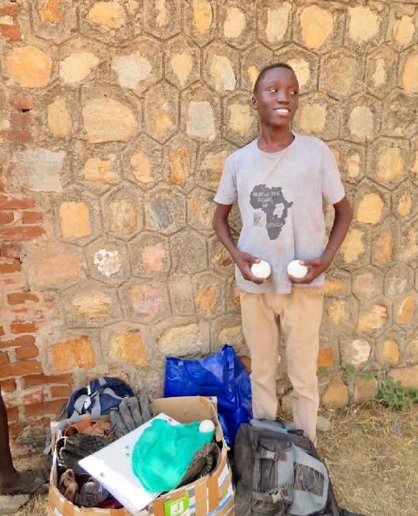 写真・図版 : 貸したボールを洗ってきました、と見せてくれるジオン。光るボールは心をあらわしているかのよう。