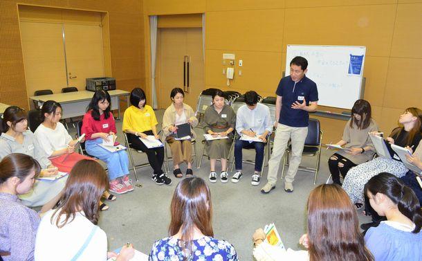 写真・図版 : 厚生労働省年金課の職員が愛知県立大の学生たちと年金について意見交換した=2019年6月12日、愛知県長久手市