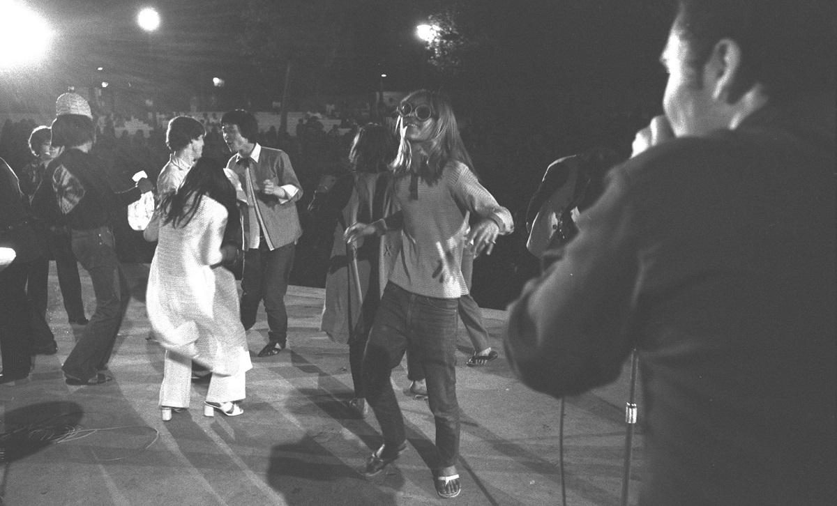 1970年6月4日、東京・日比谷野外音楽堂で「ニューロック・フェスティバル」が行われた。長髪、インディアン・ルック、スケスケ、ノーブラと、様々ないでたちの若者約1000人が集まった