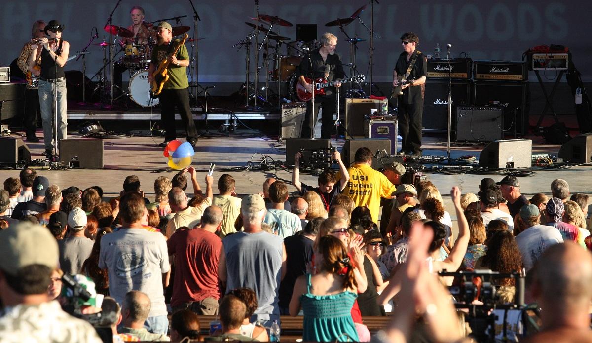 写真・図版 : ウッドストック40周年記念コンサートには往年のスターたちも参加した=2009年8月、ニューヨーク州ベセル