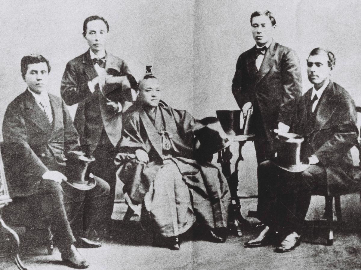 写真・図版 : 1872年、近代国家・日本のあり方を探って訪米した岩倉使節団。右端が大久保利通、隣が伊藤博文、左端が木戸孝允=朝日新聞社