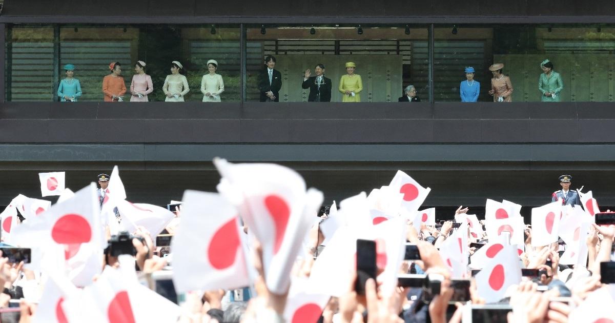 写真・図版 : 令和初の一般参賀に集まった人たちに手を振る天皇陛下(中央)と皇族方=5月4日、皇居。朝日新聞社