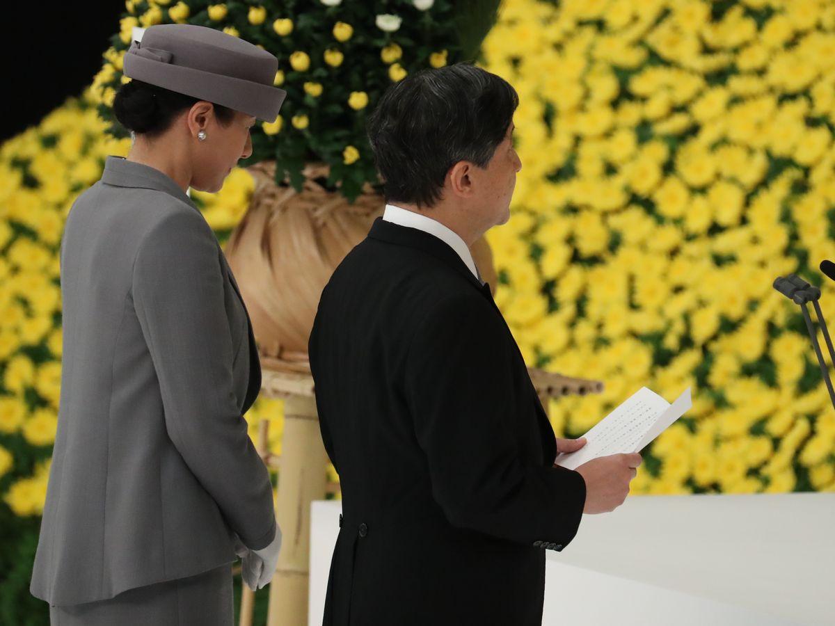 写真・図版 : 全国戦没者追悼式で「おことば」を述べる天皇陛下と、皇后さま=8月15日、東京・日本武道館。朝日新聞社